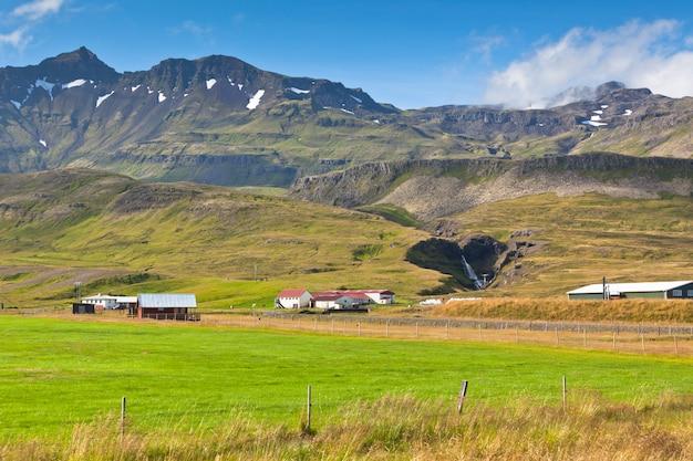 Paisagem de montanhas com casas islandesas