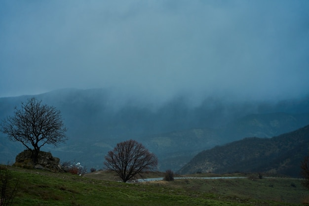 Paisagem de montanhas com céu nublado e nevoeiro em um dia nublado. dia chuvoso de outono.