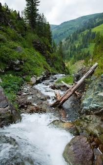 Paisagem de montanhas com fluxo