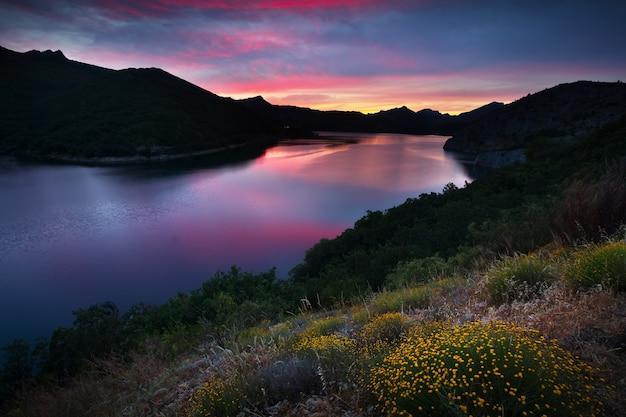 Paisagem de montanhas de verão com lago no por do sol