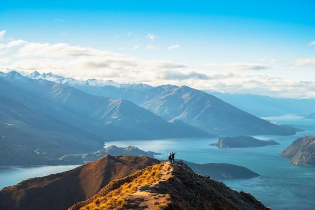 Paisagem de montanhas e lago com luz do sol. roys peaks, wanaka, nova zelândia.