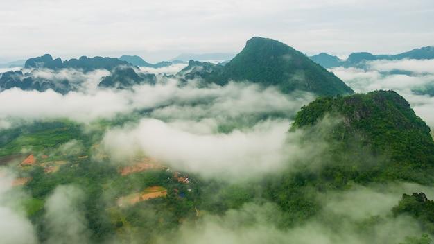 Paisagem, de, montanhas, e, nuvens verde, árvore, em, a, chuvoso