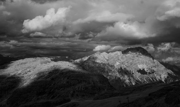 Paisagem, de, montanhas, em, preto branco