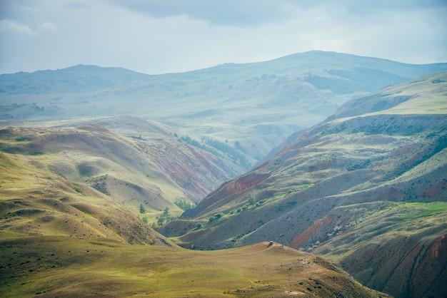 Paisagem de montanhas multicoloridas