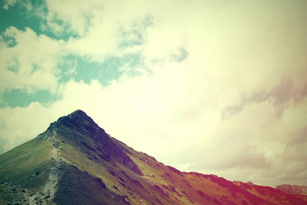 Paisagem de montanhas naturais.