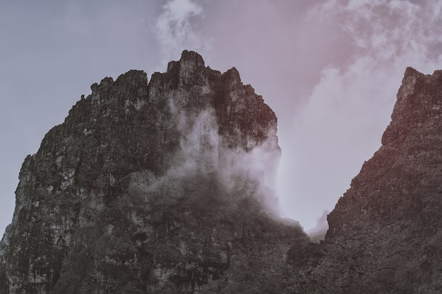 Paisagem de montanhas negras