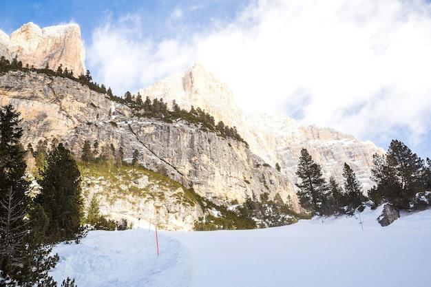 Paisagem de montanhas rochosas cobertas de neve durante o inverno