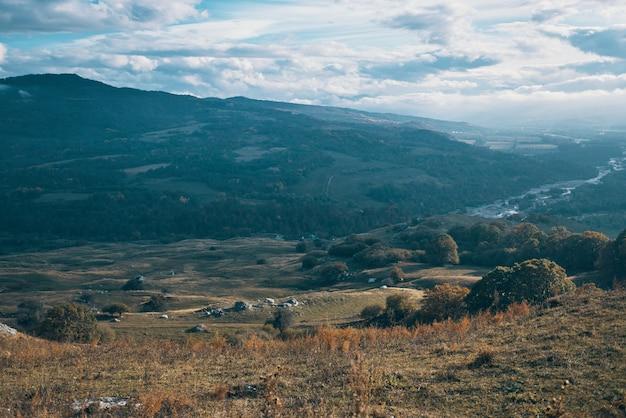 Paisagem de montanhas rochosas outono natureza viagem estilo de vida