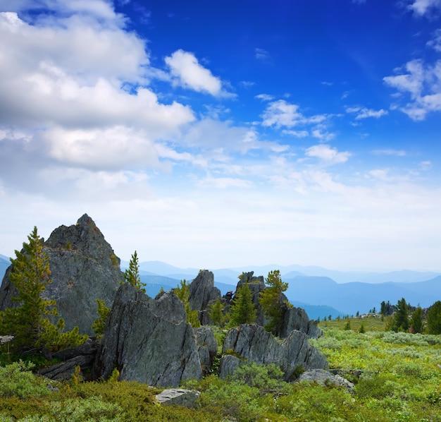 Paisagem de montanhas rochosas