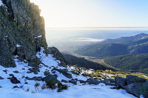 Paisagem de neve nas montanhas altas, vista aérea da província de madrid, do topo da montanha rochosa. la morcuera madrid. espanha.