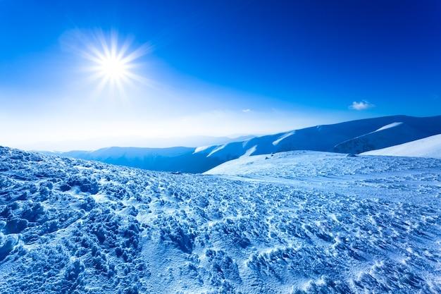 Paisagem de neve, vale de inverno e montanhas