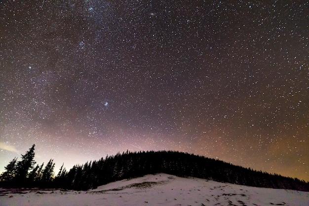 Paisagem de noite de montanhas de inverno
