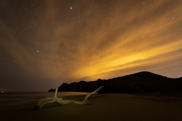 Paisagem de noite na praia de monsul. parque natural cabo de gata. almeria. espanha.