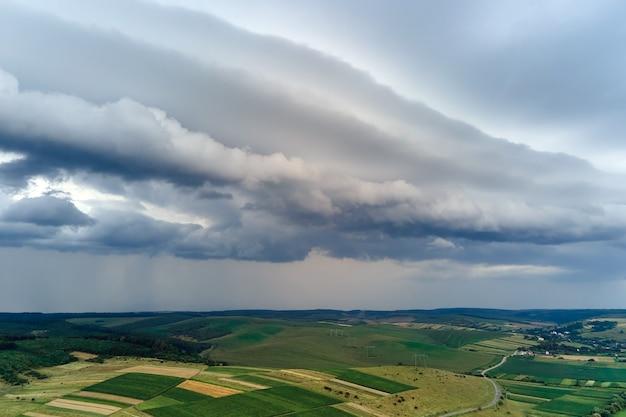 Paisagem de nuvens escuras formando-se no céu tempestuoso durante uma tempestade na área rural.