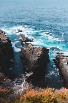 Paisagem de ondas do mar com pedras