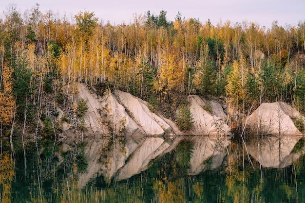 Paisagem de outono à beira do lago