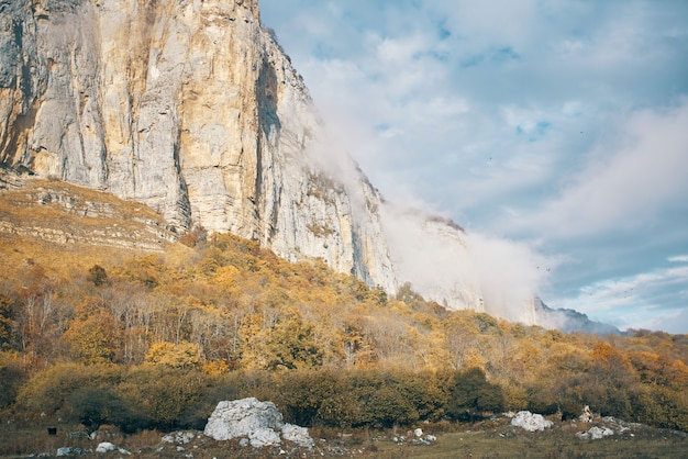 Paisagem de outono altas montanhas no céu azul grama seca ar fresco