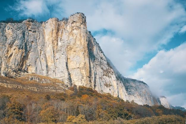 Paisagem de outono com montanhas rochosas