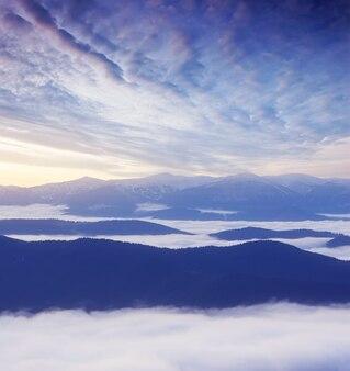 Paisagem de outono com névoa matinal nas montanhas. crepúsculo antes do amanhecer. meia hora antes do amanhecer. montanhas dos cárpatos, ucrânia, europa