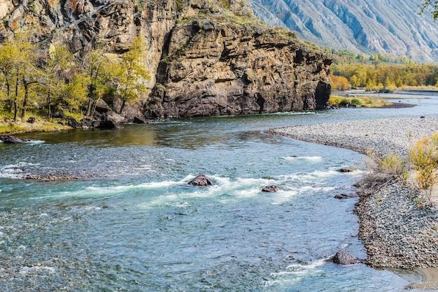 Paisagem de outono com um rio de montanha chulyshman. distrito de ulagansky, república de altai, rússia