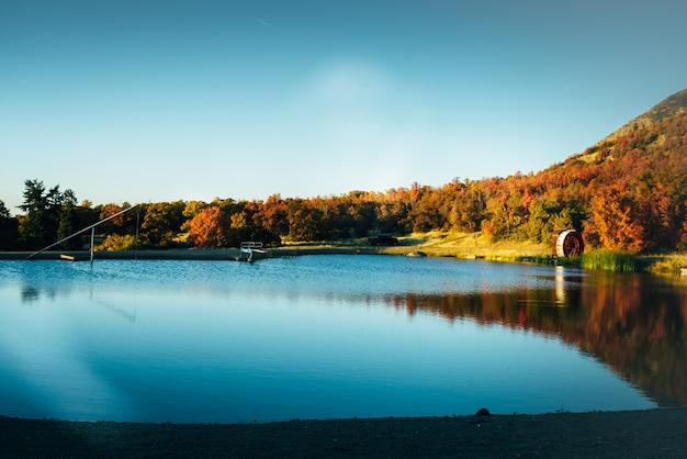 Paisagem de outono dourada perto do lago e árvores