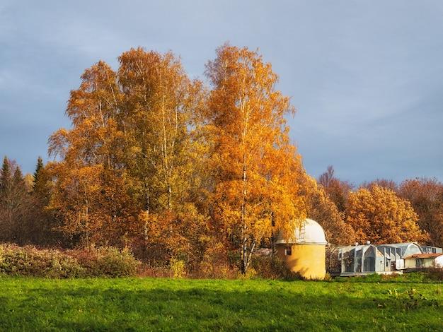 Paisagem de outono e o observatório astronômico pulkovo em são petersburgo, rússia.