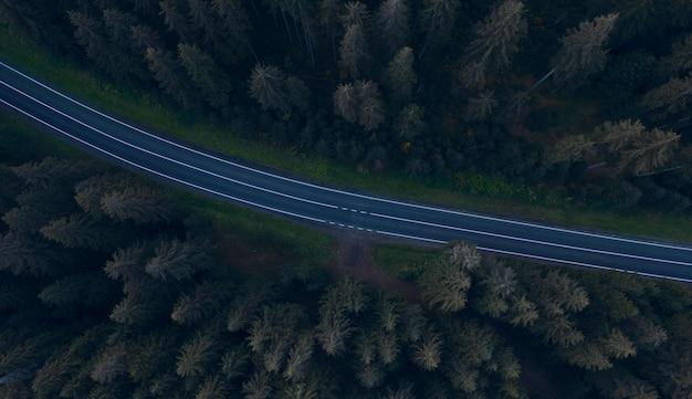 Paisagem de outono. estrada de montanha de asfalto vazio à noite, vista superior.
