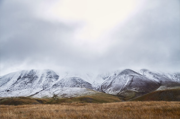 Paisagem de outono frio na sibéria, início do inverno