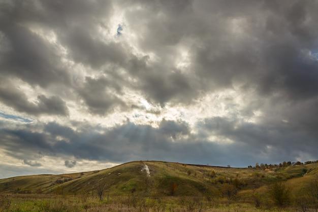 Paisagem de outono na rússia central. céu nublado nas colinas.
