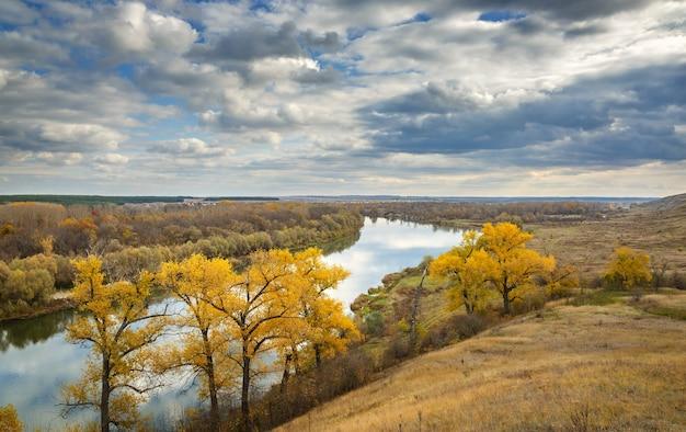 Paisagem de outono nas colinas do rio don. vista da lagoa de céu nublado.