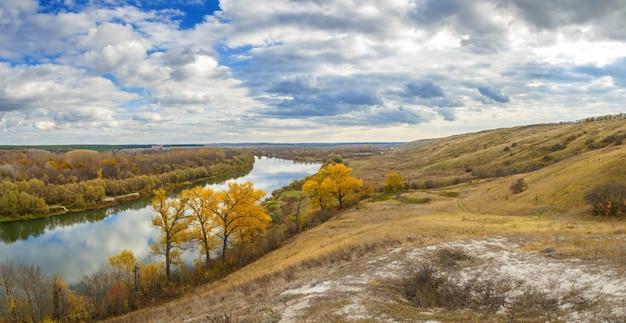 Paisagem de outono nas colinas do rio don. vista da lagoa em um fundo de céu nublado.