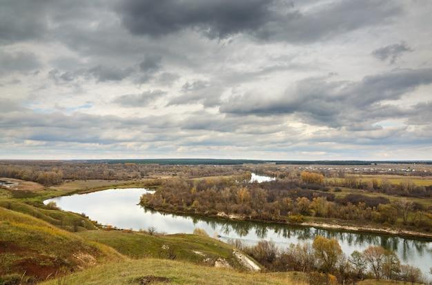 Paisagem de outono nas colinas do rio don. vista da lagoa em uma superfície de céu nublado.