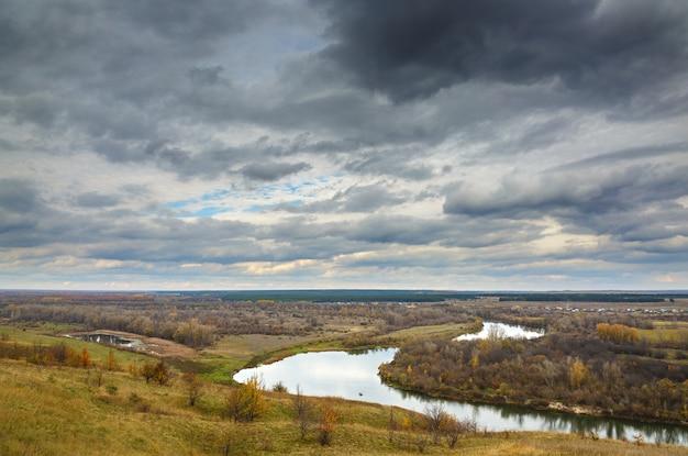 Paisagem de outono nas colinas do rio don
