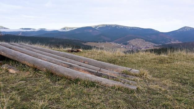 Paisagem de outono nos cárpatos com picos de montanhas e troncos de árvores derrubadas. o conceito de ecologia e desmatamento ilegal na ucrânia ocidental.
