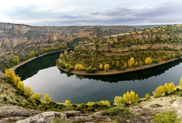Paisagem de outono, rio canyoned com árvores verdes e amarelas. rio hoces duraton. espanha.
