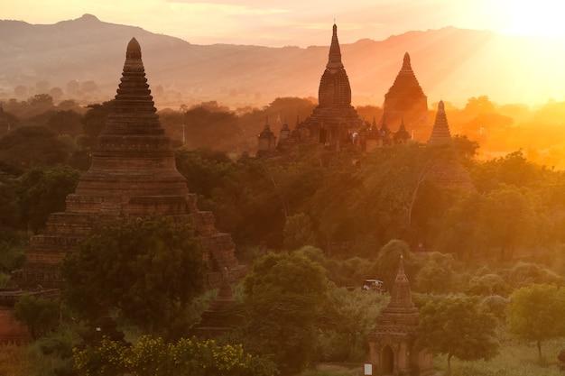 Paisagem de pagode sob um pôr do sol quente.