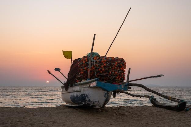 Paisagem de pesca cênica da praia de velsao em goa com canoa de pesca