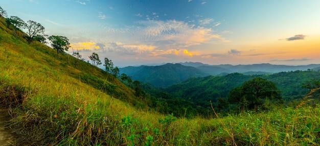 Paisagem de pico de montanha. vista de cordilheira verde.