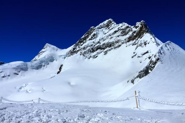 Paisagem de pico de nevoeiro de montanha.