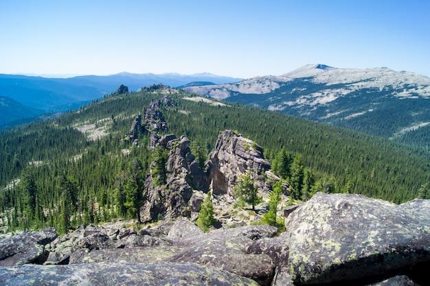 Paisagem de picos de montanhas com pedras e floresta