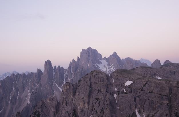 Paisagem de picos de montanhas nevadas