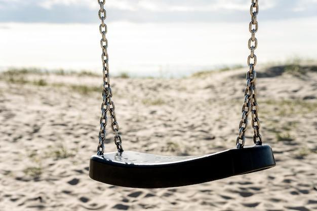 Paisagem de praia com balanço