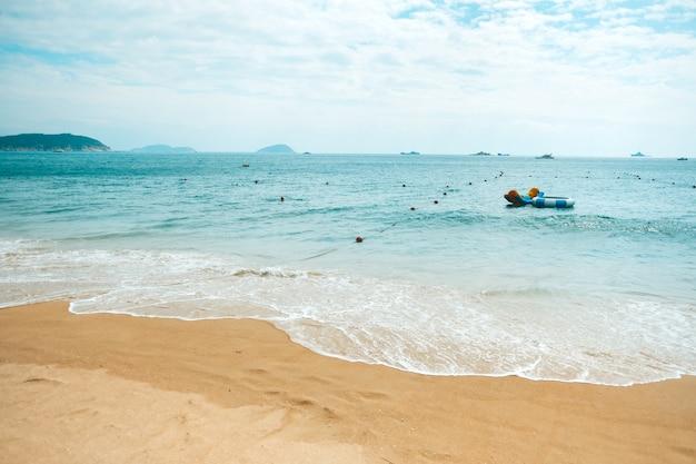 Paisagem de praia de mar com lindas águas turquesas e nuvens