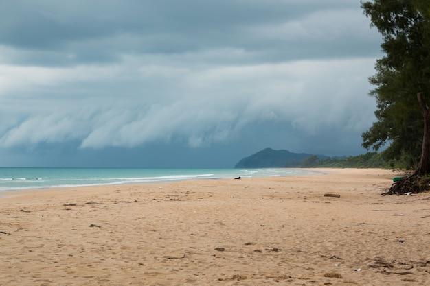 Paisagem de praia tropical vazia