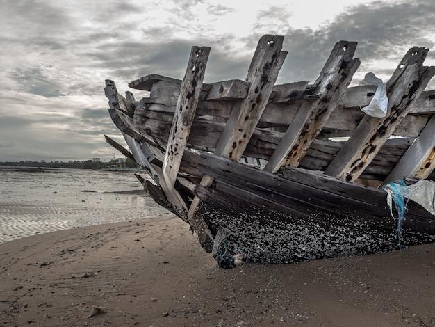 Paisagem de praias com falhas de mar e barco