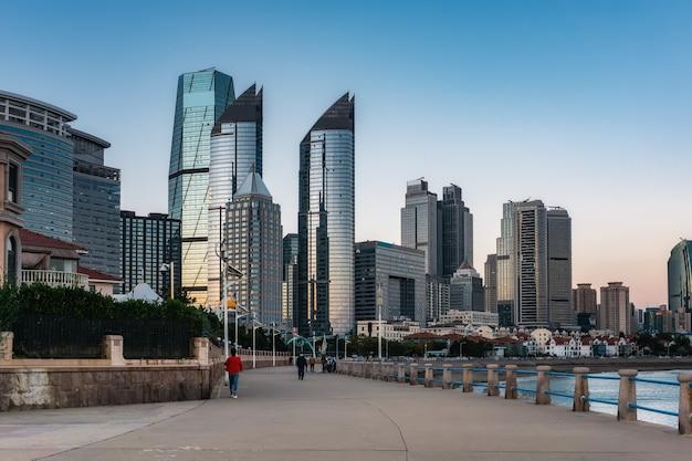 Paisagem de prédios altos na rua da cidade de qingdao