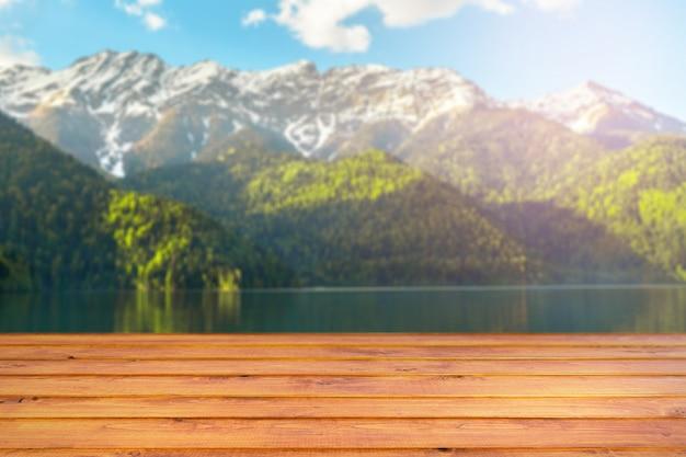 Paisagem de primavera com mesa de madeira