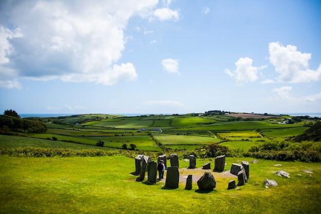 Paisagem de primavera em megálitos drombeg na irlanda. círculo de pedra drombeg