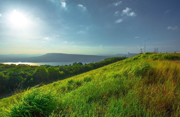 Paisagem de primavera nas montanhas com grama