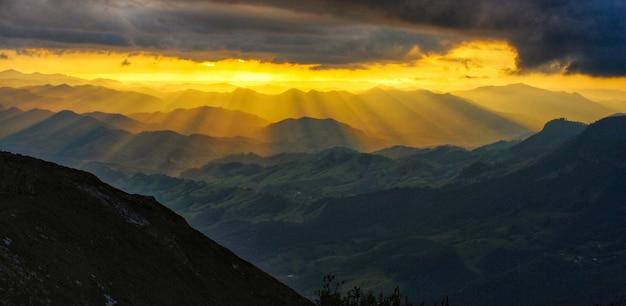 Paisagem de raios solares nas montanhas